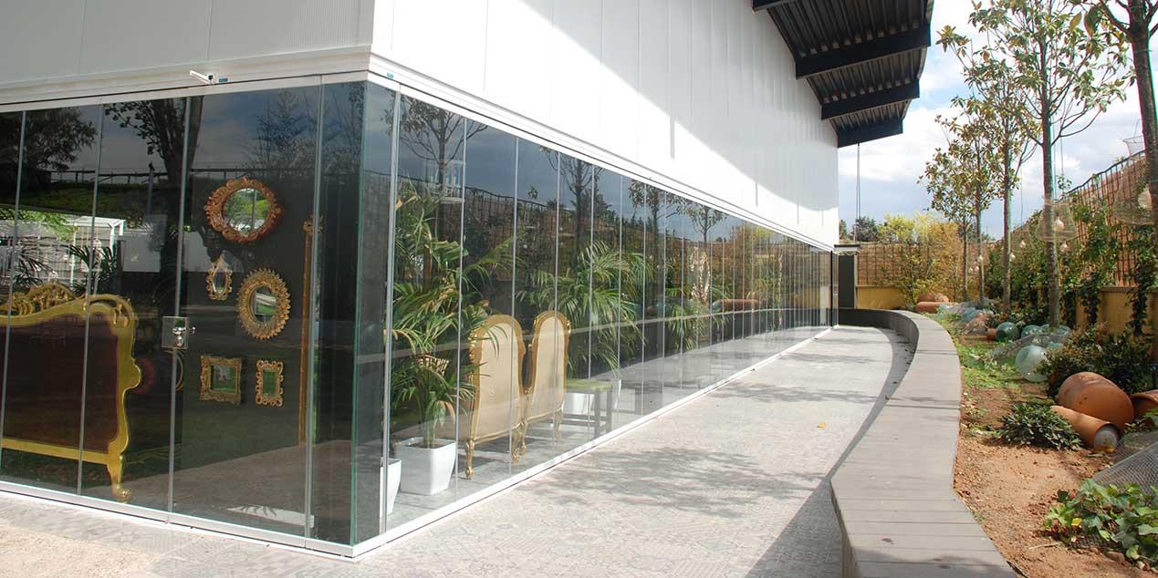 Lateral del Complejo Castejón con Cortinas de Cristal.